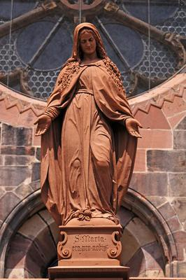 Figure, Virgin Mary, entrance to, Freiburg Cathedral, Muensterplatz cathedral square, Freiburg, Baden-Wuerttemberg, Germany, Europe