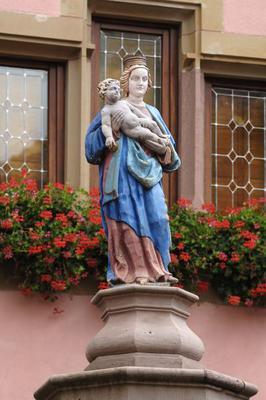 Coloured statue, Virgin Mary, Child, fountain, front, Alte Wache, Old Guard, Place de Turenne, Turckheim, Alsace, France, Europe