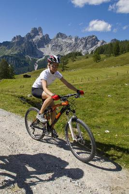 Mann mit Rennrad